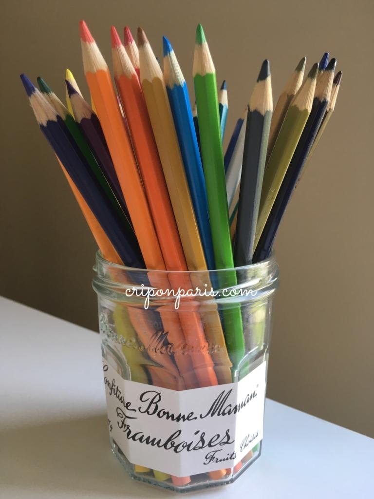空き瓶に入れた色鉛筆