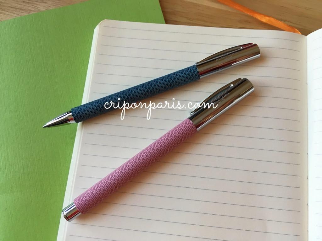 ノートの上に置いたボールペンと万年筆