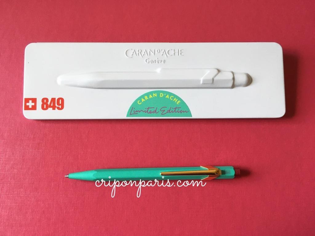 ケースの前に置いたボールペン